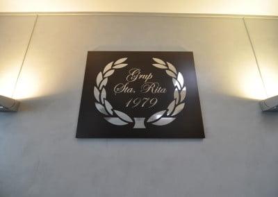 Cuadro corporativo en madera y letras cortadas a láser en acero inoxidable para grupo empresarial de Castelldefels