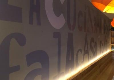 Decoración en vinilo sobre pared de restaurante en Barcelona