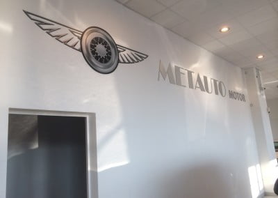 Decoración interior con letras en aluminio, escudo con vinilo impreso