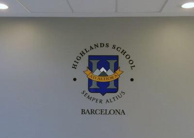 Escudo para interior de instituto realizado en metacrilato negro y vinilo impreso
