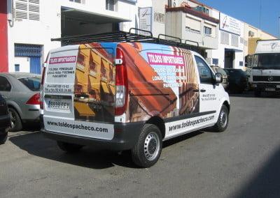 Rotulación de furgoneta combinando la impresión y la rotulación en vinilo de corte