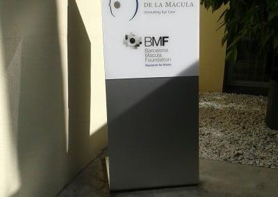 Totem indicativo de Bienvenida para Clínica en Barcelona, lacado y rotulado en vinilos