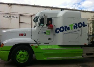 Trabajos de rehabilitación en camión americano y rotulación en vinilo