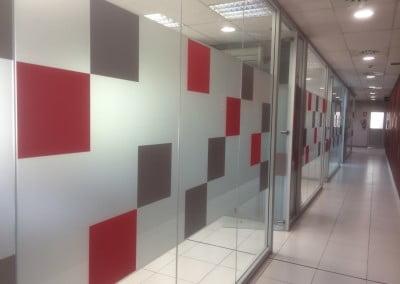 Vinilo glaseado para separación de espacios  en oficina de Castelldefels