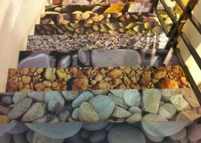 Vinilo impreso con laminado antideslizante para decoración de escaleras en comercio de Barcelona